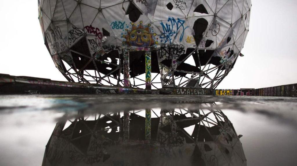 <p>Ruinen av en vandaliserad golfbollsformat skydd för antenner av till övergivna avlyssningsstationen för USA:s nationalsäkerhetstjänst i Berlin.</p>
