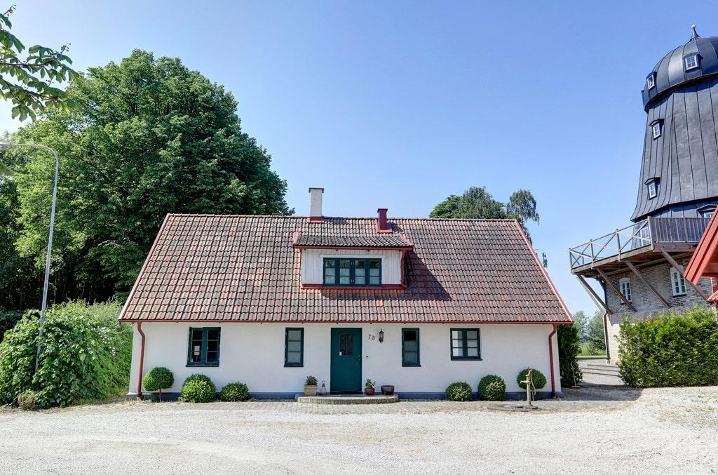 Hyresintäkterna från radhusen, lägenheten och villan ligger på cirka 600.000 kronor per år.