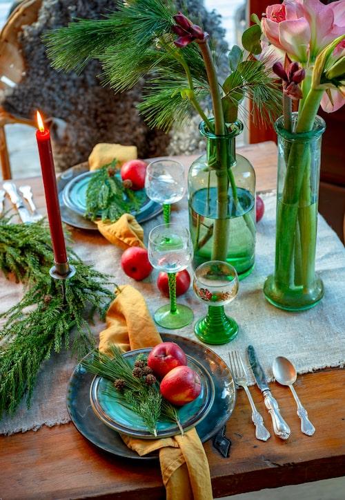 Till julen dukar Camilla gärna färgglatt med keramik i grönt och grova linneservetter i gult, en färgkombination hon älskar. Vinglas med grön fot är remmare och arvegods efter Camilla farmor.