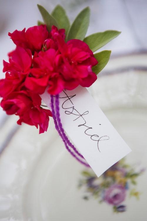 Små fina placeringsblommor pryder varje plats handskrivna kort är alltid finast men vill du inte texta så är datorn en bra hjälp. Fäst de små korten med band runt en ensam blomma.