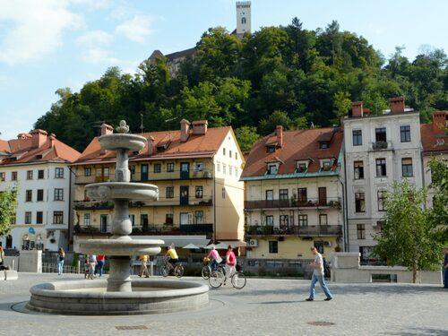 New Square har en vacker barockfontän där man har perfekt utsikt över slottet.