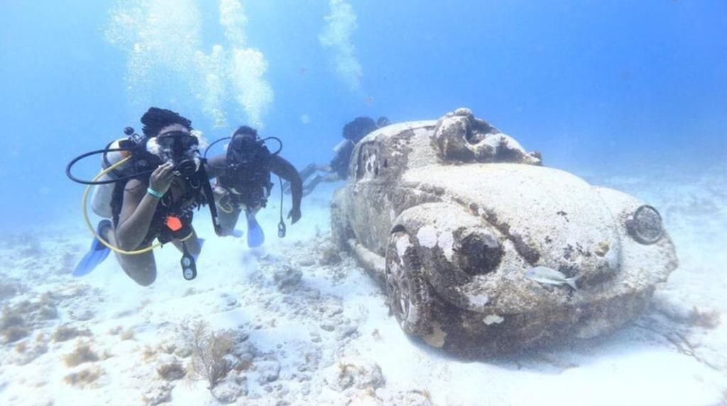 Alla verk är gjorda i cement för att skapa optimala förhållanden för koraller, sjögräs och alger att växa på skulpturerna.