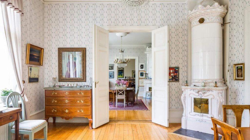 Tre rum i fil: salong, vardagsrum och bibliotek.
