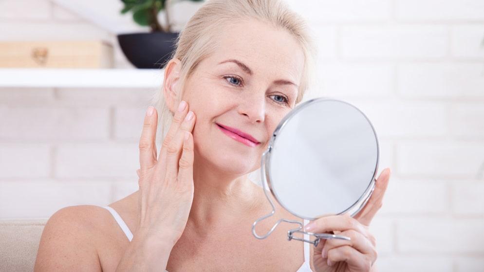 Med åren blir huden torrare, och kallt väder gör det inte bättre. Vårda och boosta huden med en ansiktsolja.