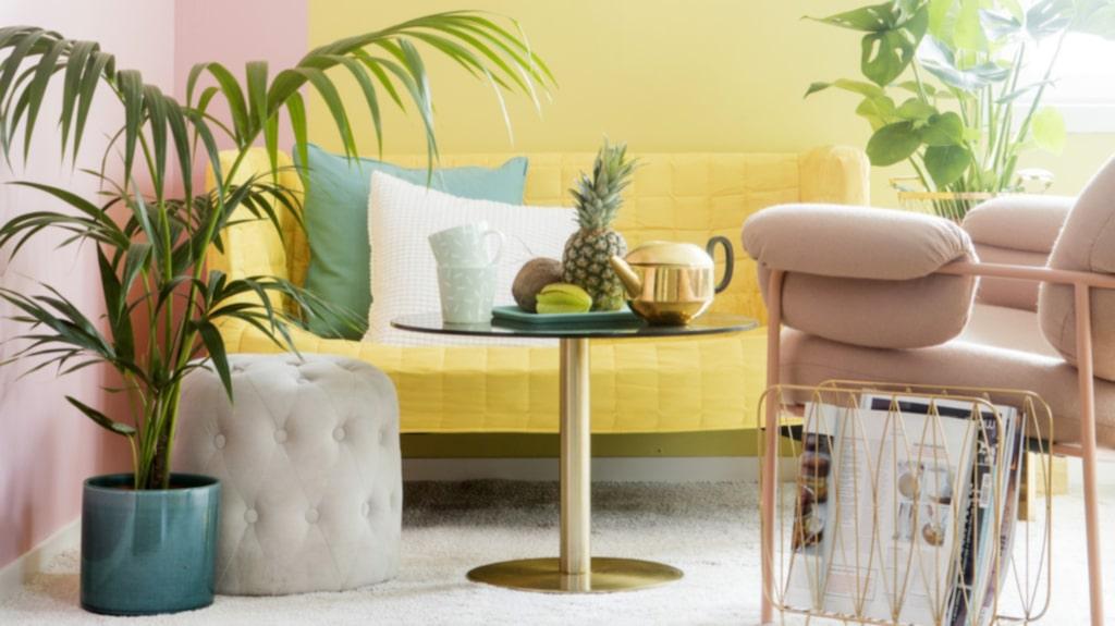 Miami style! Inred med glassiga pasteller. Blanda gult och rosa och lägg till lyxiga detaljer och palmblad. Tvåsitssoffa Knopparp från Ikea. Växter från Plantagen.