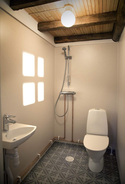 Här får även badrum med dusch och toalett plats.