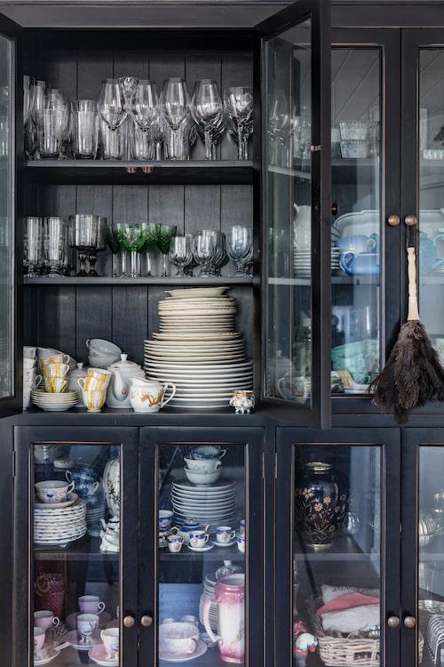 Det rymliga vitrinskåpet från PB Home står i utrymmet mellan hallen och köket. Där förvarar Sassa porslin och glas som hon samlat på sig under åren.