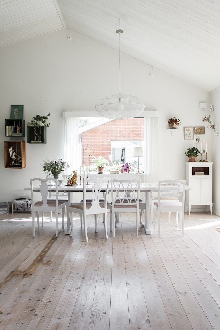 Matbord, tillhörande skänk och blandade stolar är loppisfyndade och sedan målade och omklädda.
