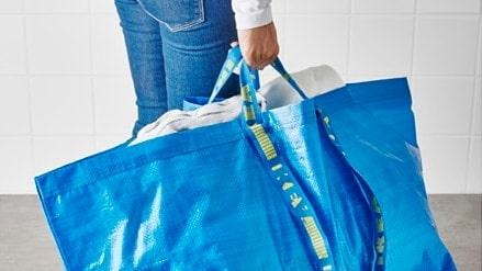 """Den klassiska blå Ikea-kassen """"Frakta"""" som vi är vana vid att se den på väg till tvättstugan."""
