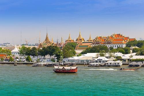 Chao Phraya med Grand Palace i bakgrunden.
