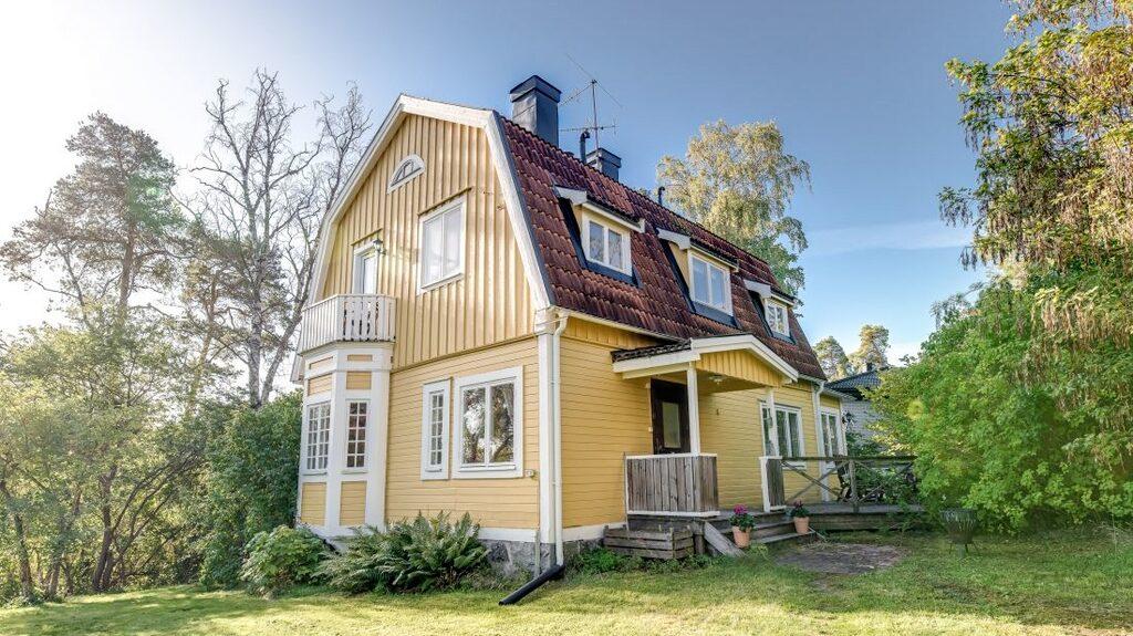 Den här fina villan i Spånga är till salu för 7 490 000 kronor.