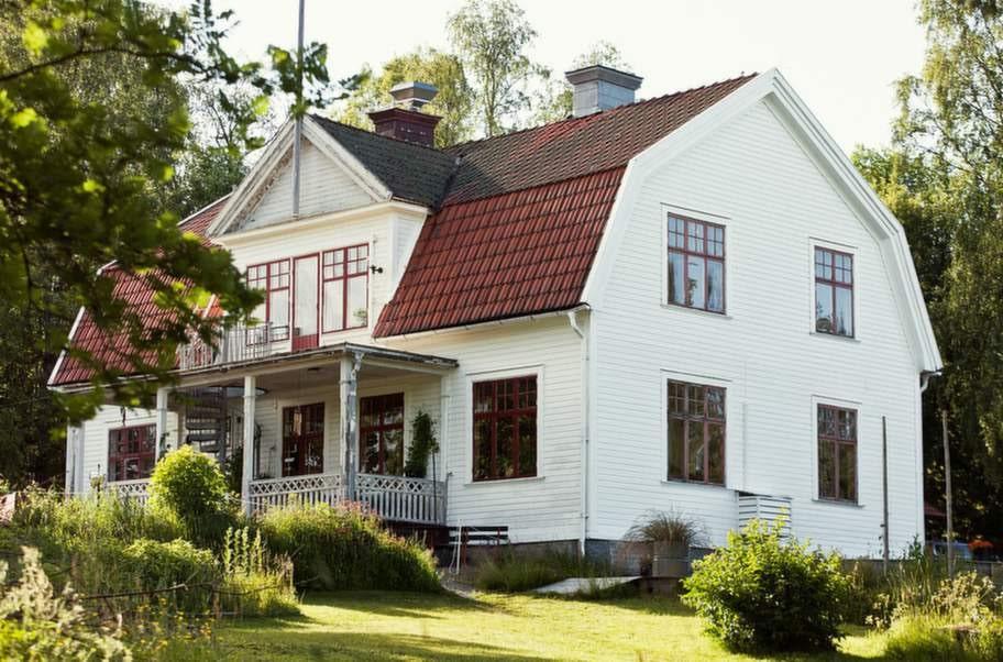 Sågverket ligger strax norr om Härnösand, precis i början av Höga Kusten, i byn Rö.