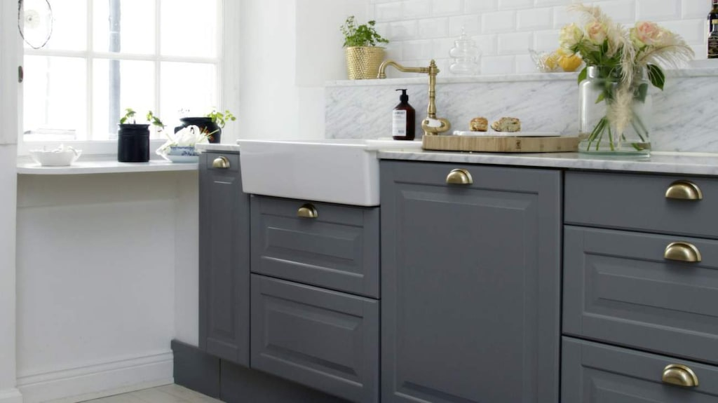 <p>Vackert i grått och vitt. Köket är ett Ikea-kök med mässingsbeslag och specialbeställd marmorskiva. </p>