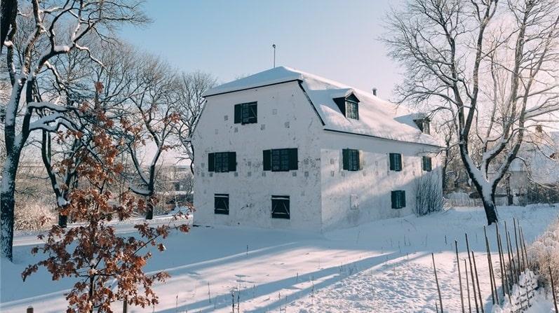 Byggnaden har tidigare använts som bland annat vapenförråd, brukshandel och sädesmagasin. Idag är det en loppis, men mäklaren tror det går att få bygglov för att omvandla huset till en privatbostad.
