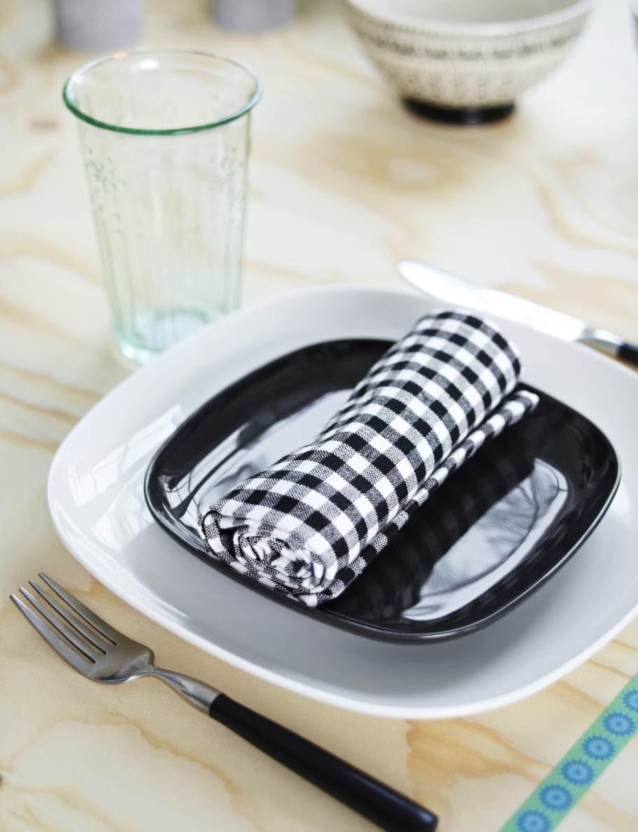 Svart &amp; vitt<br>En färgkombination som aldrig blir fel. Tallrik, 29 kronor, assiett, 19 kronor, glas, 9 kronor, allt från Ikea. Bestick, 349 kronor för 16 delar, Lagerhaus. Servett, 39 kronor för två, Åhléns.