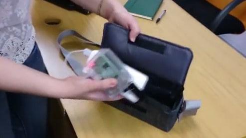Fickdatorn som möter ljudvågorna i hjärnan fick försökspersonerna förvara i en smidig liten handväska...