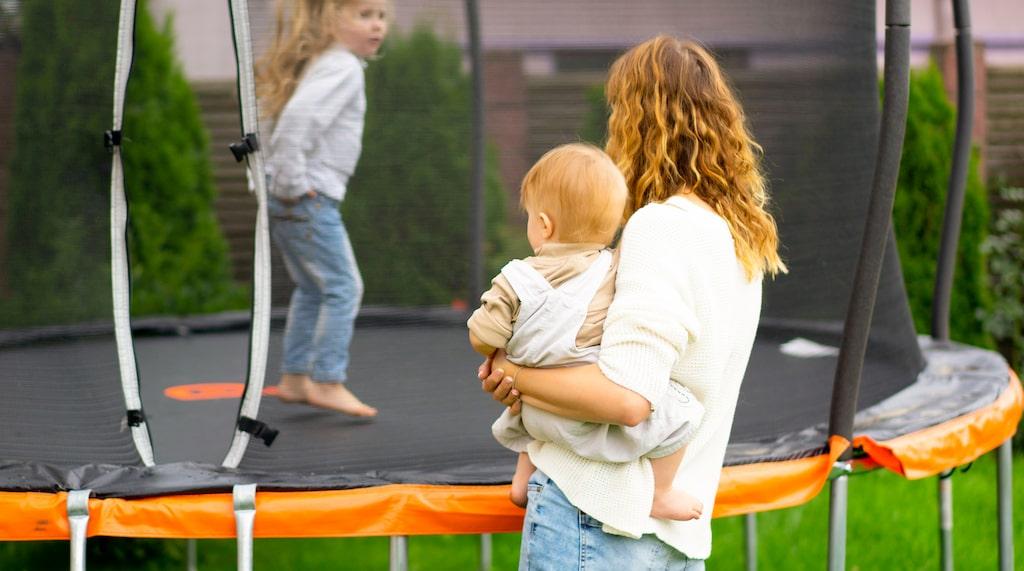 Den vanligaste orsaken till olyckor på studsmattan är att flera barn hoppar samtidigt.