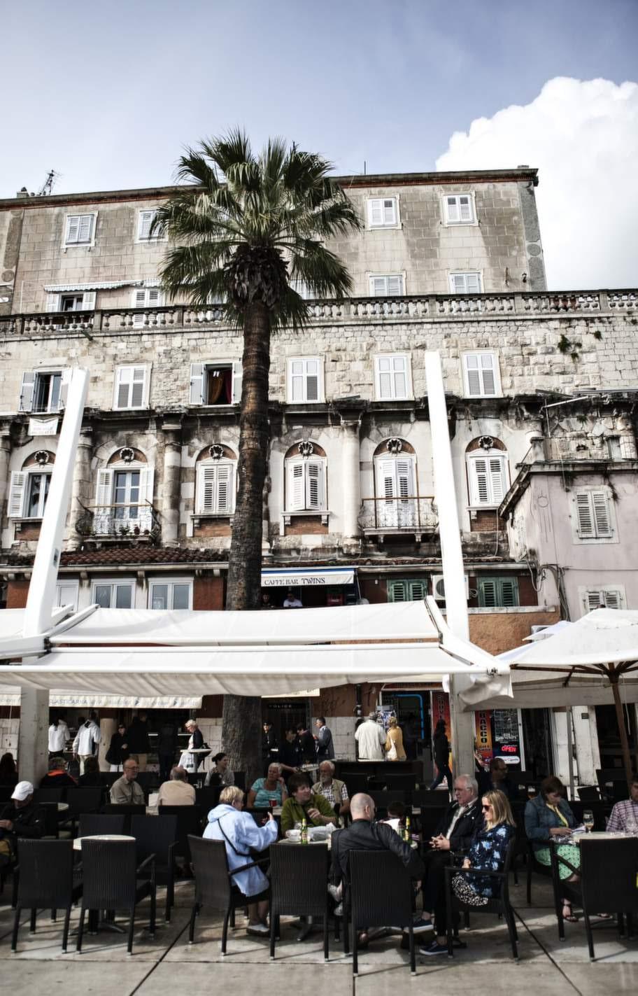 Längs Splits esplanad Rivan samsas kaféer och barer om vartannat.