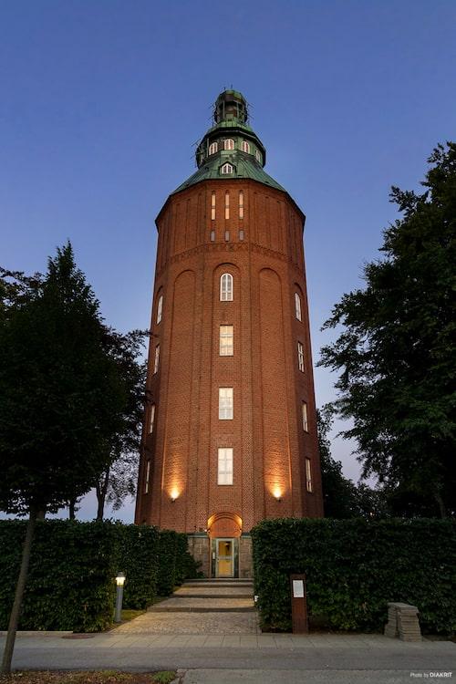 """Det gamla vattentornet i Ystad har kallas """"Nappflaskan"""" och har förvandlats till lyxiga bostäder."""