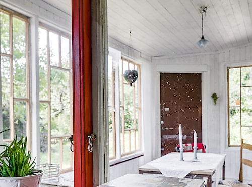 Fönster i köket med utsikt mot den vackra verandan.