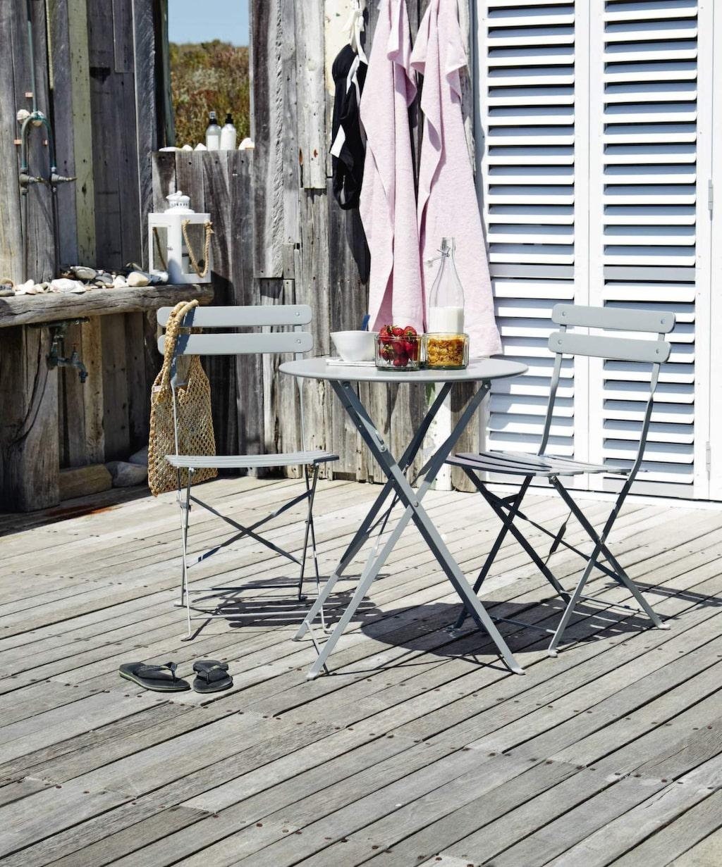 Kaféset med bord och två stolar i grått stål med matt finish. Finns även i ljusgrönt och blått, 599 kronor, Jysk.