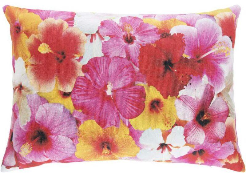Färgfest! Botaniska mönster och insekter är trendiga kuddmotiv. Här kudden Hibiskus med fototryck, 40x60 centimeter, 229 kronor, Åhléns.