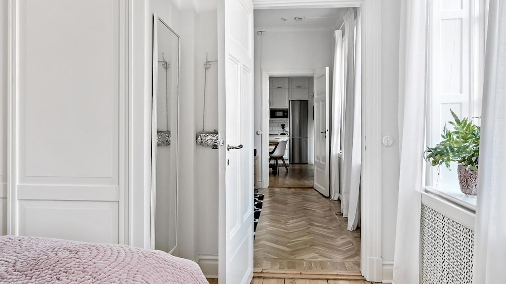 Rummen är ljusa och fönstren stora och spröjsade.