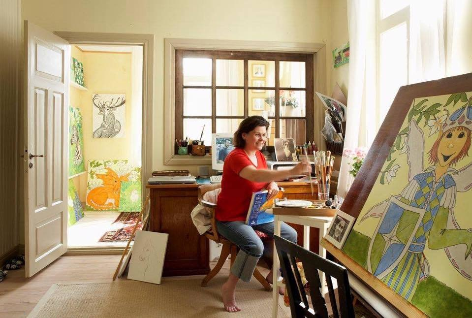 Rebecca Launy, 46, är också konstnär. Här ser man lite av hennes målningar.