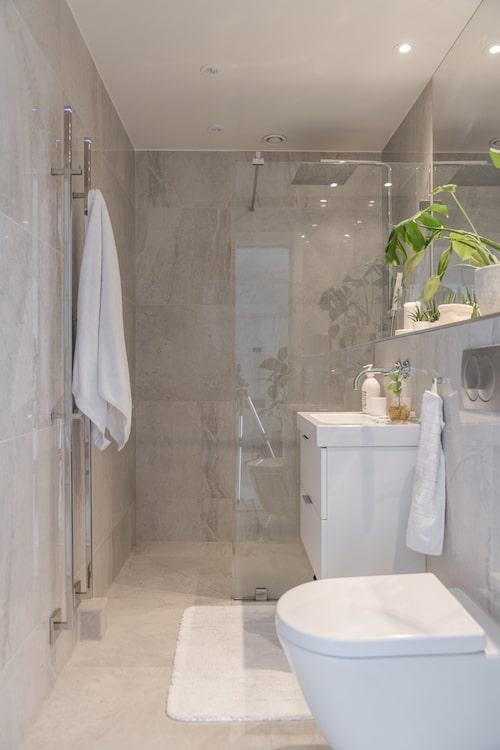 Väggar och golv är klädda med polerad granitkeramik från Italien, köpt på Interni Kakelstudio. Duschvägg, handdukstork och duschblandare från INR.