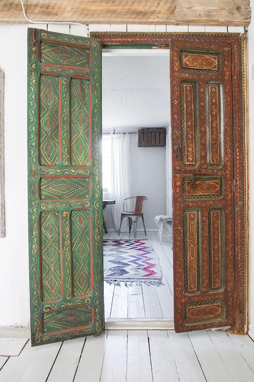 De vackra dörrarna kommer ursprungligen från Indien. Öppningen leder in till övervåningens ena sovrum. Handgjord matta från Bargi.