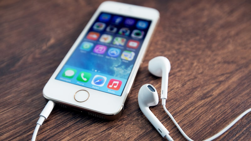 Dina hörlurar till mobilen är förmodligen inte jättefräscha. Om du inte rengör dem regelbundet blir de riktiga bakteriehärdar.