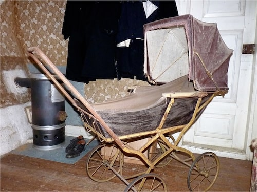 Här finns bland annat en antik barnvagn.