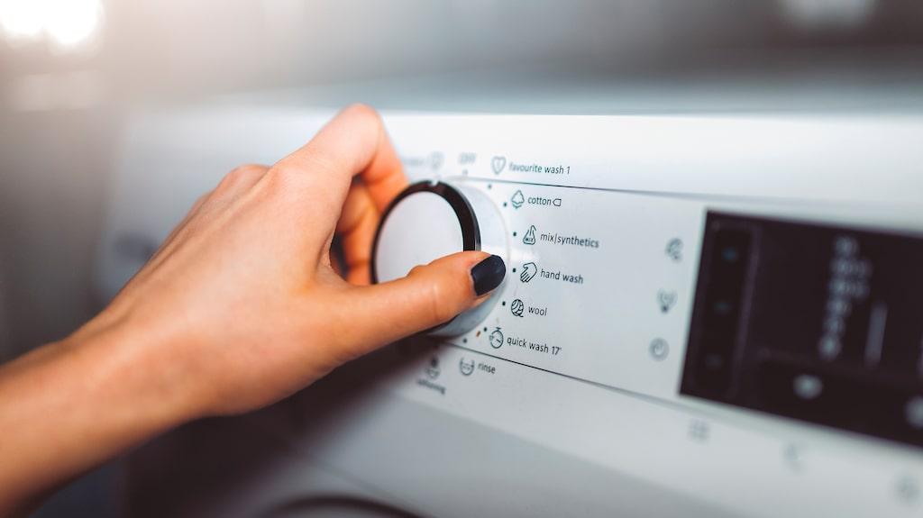 Titta på kuddens tvättråd innan du startar maskinen. Glöm inte att tvätta på minst 60 grader för att bakterierna ska dö.