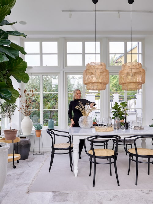 """Malins filosofi är att hemmet ska vara trivsamt. """"Då har du fått ihop det funktionella, det vackra, det smarta och personliga för just dig"""". Stolar No 30, Ton. Bordet är i egen design av ett gammalt bordsunderrede med en specialbeställd carraramarmorskiva. Lampor Sinnerlig, Ikea."""