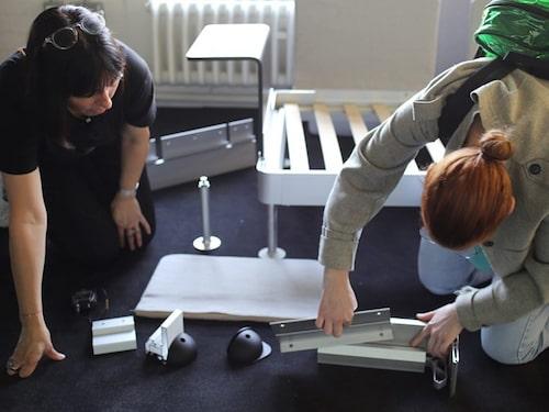 Här är det studenter från Royal College of Art som testar att bygga på den nya kollektionen i Delaktig.