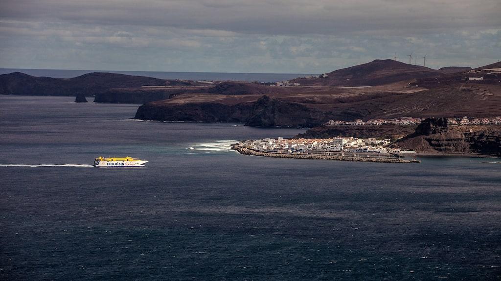 Snabbfärjan från Teneriffa på väg in i Puerto de las Nieves hamn. Länge var den öns enda, men i dag är Las Palmas hamn långt viktigare.