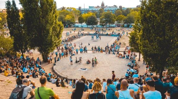Mauerpark är en välbesökt park med loppmarknad i Berlin.
