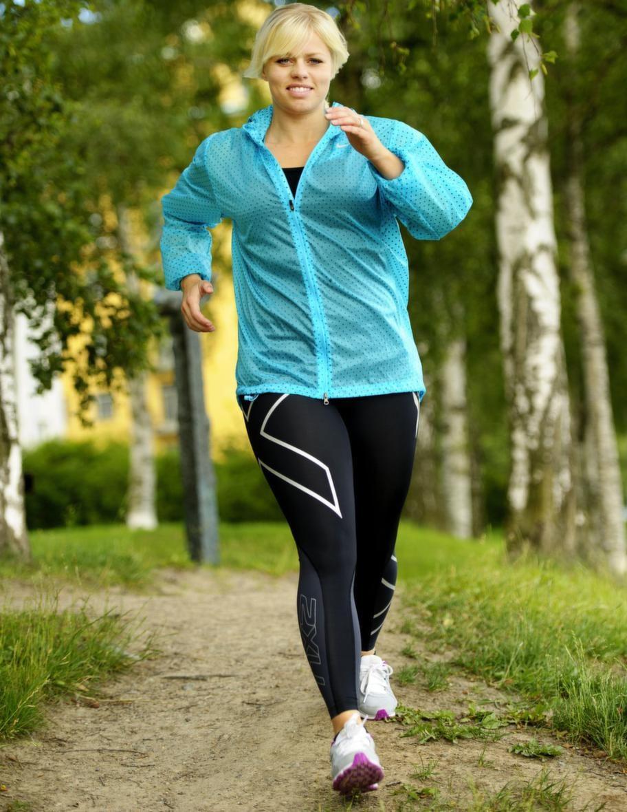 Använd armarna<br>Armarnas rörelser är nyckeln till att få din takt  rätt. Din hastighet när du går kommer nämligen i själva verket från dina  armar - inte från dina ben. Ju mer du svänger med armarna, desto  snabbare kommer du att gå. Men tänk på att inte pendla överdrivet med  armarna då du riskerar att tappa hållningen.