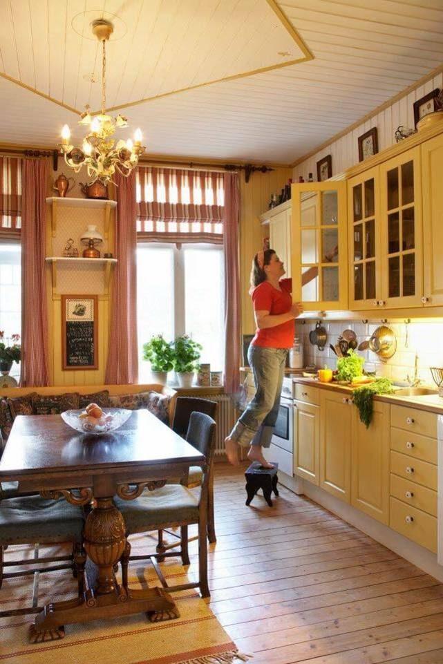 Rebecca i det vackra köket. Innan fanns inget kök inne i själva huset, det var på gården ihop med tjänstebostaden.