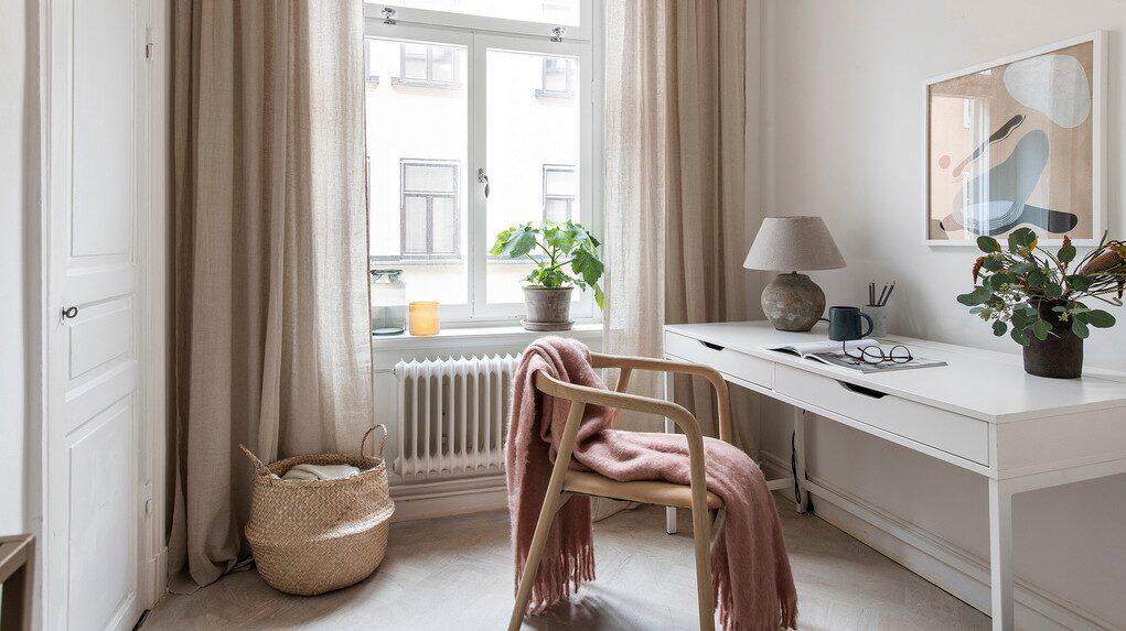Det andra rummet används som kontor men kan lika gärna nyttjas som sovrum.