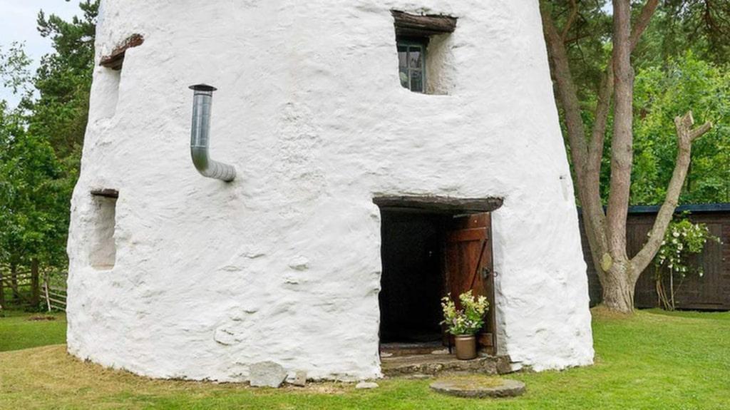 Väderkvarnen ligger avskilt på en fin gård på västra ön.
