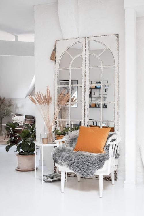 Litet bord, Ikea. Fåtölj, arvegods. Kudde, H&M Home. Spegel, Sia Home. Kruka med fiolfikus, Pottery Jo.