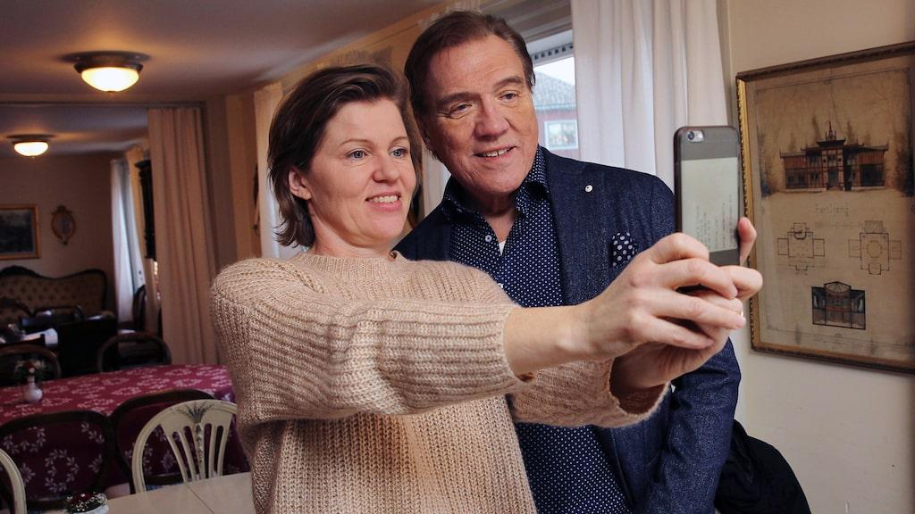 Christer tar en selfie med reportern Christina Lundell.