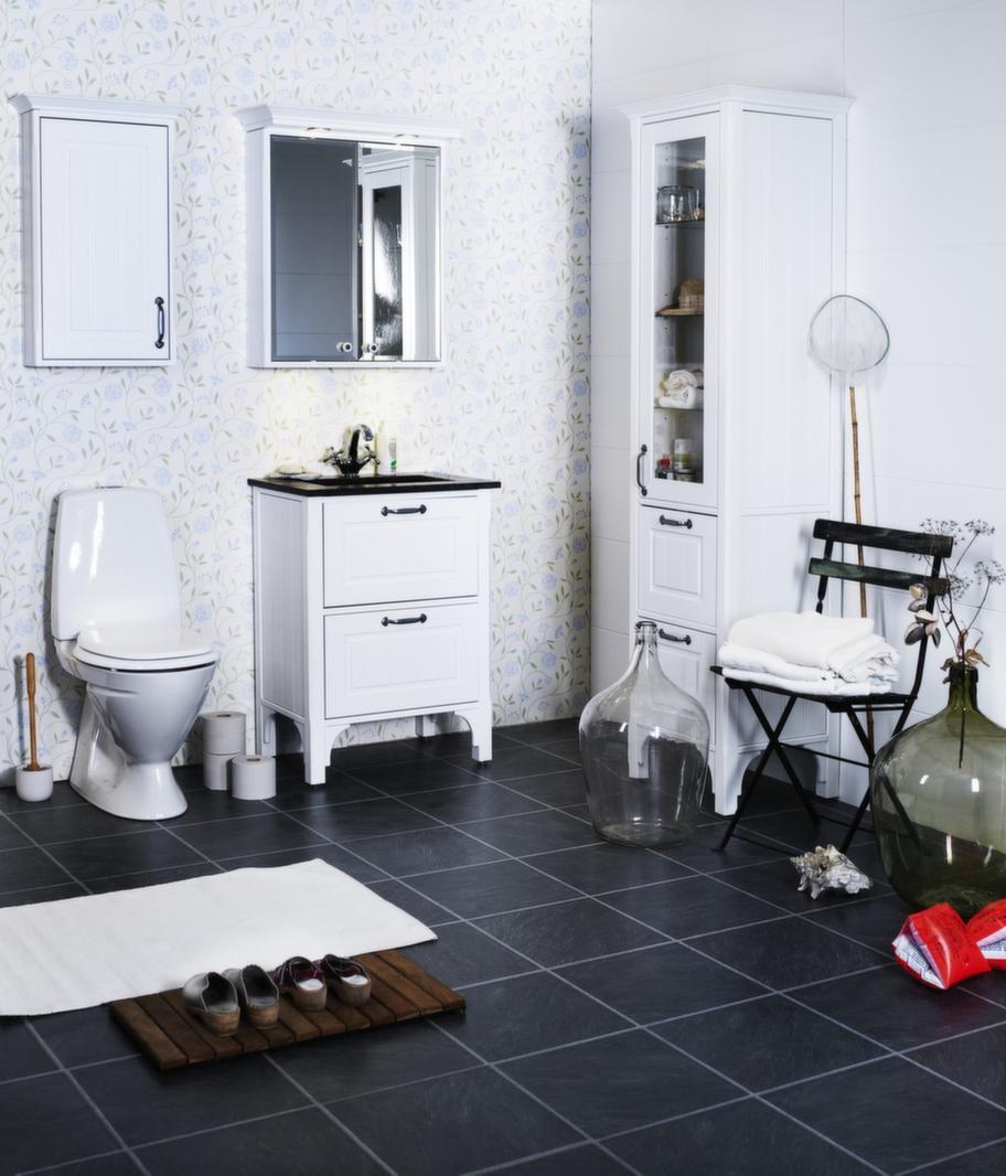 """<span style=""""text-decoration: underline;"""">Saga, Björbo badrum - Gammaldags romantisk känsla</span><br>Ett badrum med lantlig gammaldags romantisk känsla. Lådorna har höga kanter i massiv björk, fullutdrag, dämpning och självindrag. Saga har två fronter; ram och pärlspont i vitt eller ljusgrått. Möbeln går även att få i valfri NCS-kulör mot pristillägg. Tvättfat i grå granit är ett nytt tillval. Vill man kan man komplettera med LED-belysning i tvätthon.<br>Pris: Saga pärlspont vit: Kommod med porslinshandfat, 12 400 kronor, spegelskåp, 7 100 kronor, högskåp vitrin, 13 000 kronor, väggskåp, 2 800 kronor, Blandare dune, 2 100 kronor, Handtag H72, 125 kronor/styck, Porslinsknopp K79, 125 kronor/styck."""