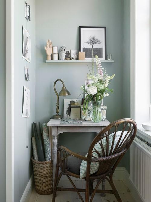 I sovrummet finns en pysselhörna där Erica gärna sitter. Bordet och stolen är köpta på loppis. Kudde, Iris hantverk. Hylla, Ikea.