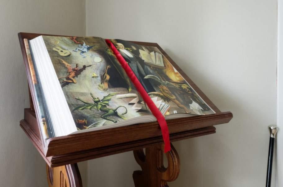 <strong>INSPIRATION</strong>. Att bläddra i vackra magiböcker inspirerar John Houdi till stordåd!