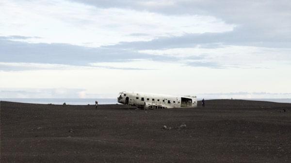 I över 40 år har flygplansvraket av den kraschade DC3:an legat på den svarta stranden på Islands sydkust.