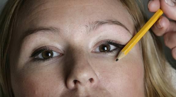5. Långa bryn. Dra sedan en linje rakt ut från yttre ögonvrån. Där ska brynet sluta. Plocka helst inte på längden. Ju längre bryn du har desto snyggare. Många behöver snarast fylla i ögonbrynen för att göra dem längre.
