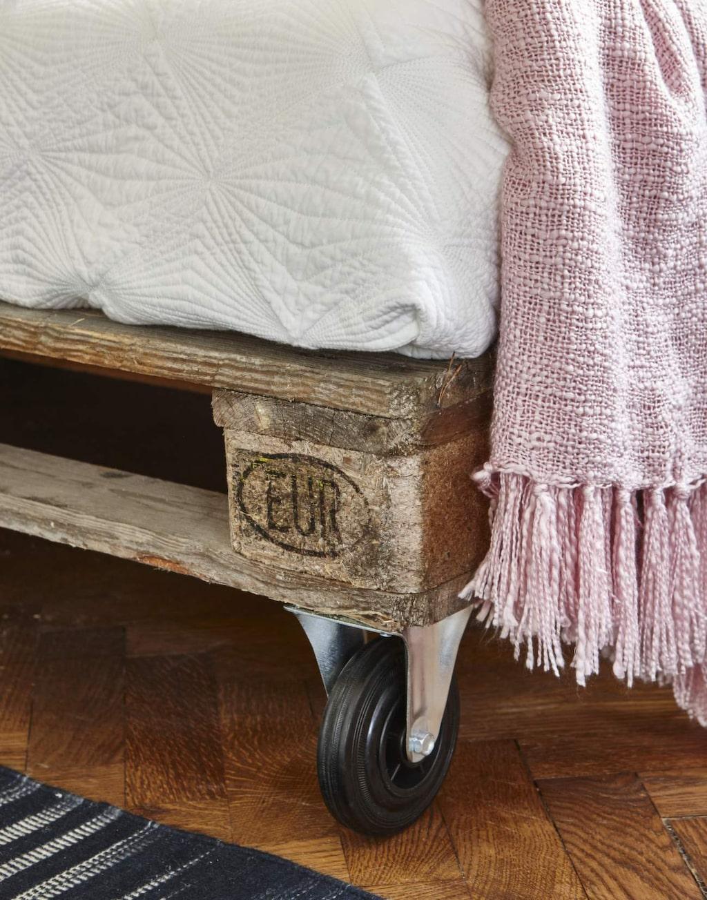 Hjul under lastpallarna, gör soffan både flexibel och flyttbar samt att den kommer upp en bit. Hjul, 49 kronor styck, Jula.