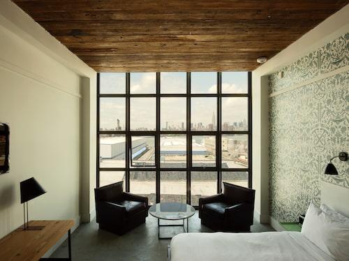 Moderna rum med fönster från golv till tak på Wythe Hotel i Brooklyn i USA.